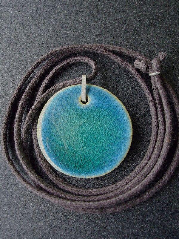 Colar em Cerâmica de Alta Temperatura, na cor Verde Jade e peças de acabamento em prata de lei 950. <br>Cordão de Algodão Marrom , com opção também, em seda marrom ou preto. <br>Por ser uma peça feita à mão, pode conter pequenas variações em sua forma, medidas e cores.