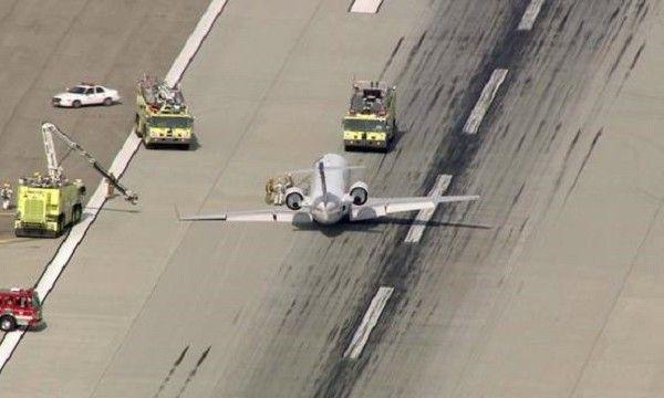 Gear pendaratan SkyWest Airlines jatuh sewaktu mendarat - http://malaysianreview.com/122548/gear-pendaratan-skywest-airlines-jatuh-sewaktu-mendarat/