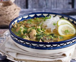 Kokosowa zupa z curry, kurczakiem i makaronem ryżowym / Coconut curry chicken noodle soup