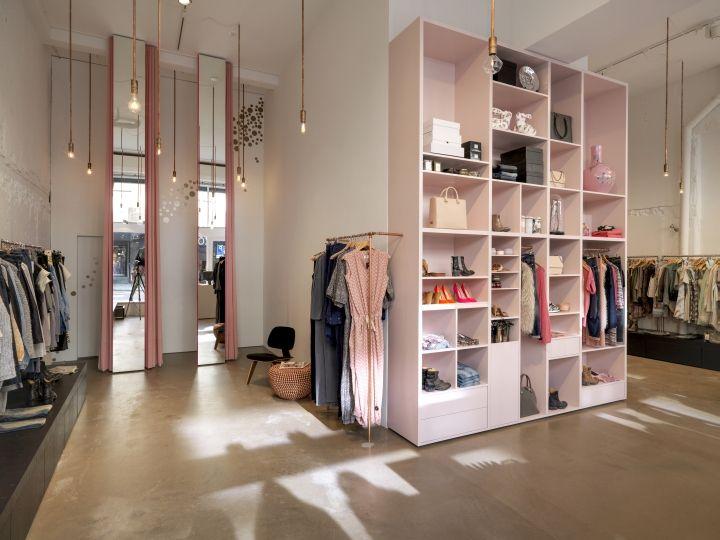 Стильный интерьер магазина одежды в розовых тонах