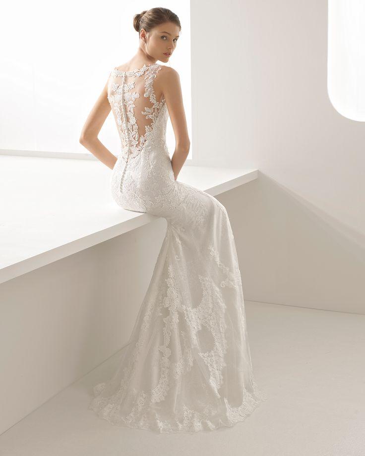 Desfrute o seu dia com dois vestidos de noiva em um. Trata-se de um vestido de corte direito confecionado em guipura e renda com detalhes de brilhantes ao qual foi adicionada uma espetacular sobressaia de tule. Em qualquer momento poderá remover a sobress
