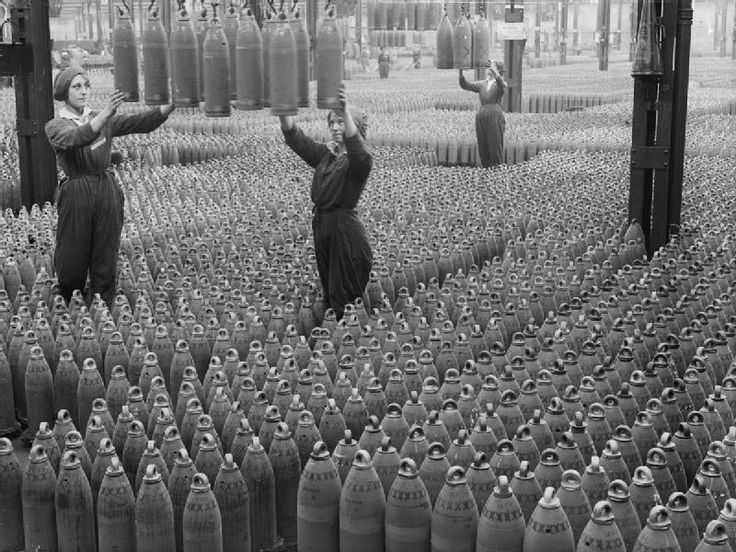 Women workers with shells in Chilwell filling factory 1917 IWM Q 30040 - Erster Weltkrieg – Wikipedia