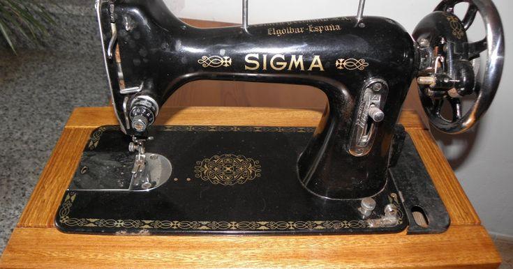 Éstas máquinas de coser son de principios del s. xx. Había dos tipos de máquinas de ésta época, las que venían con pié fijo, y las de cajó...