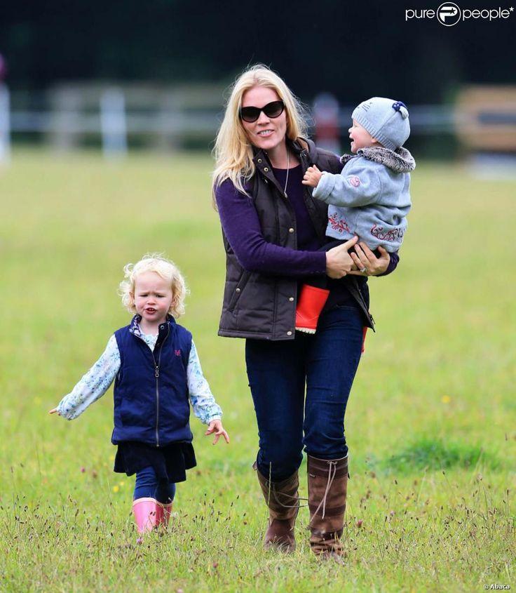 Autumn Phillips avec ses filles Savannah, 2 ans et demi, et Isla, 1 an, lors d'un concours équestre à Gatcombe Park le 21 septembre 2013.