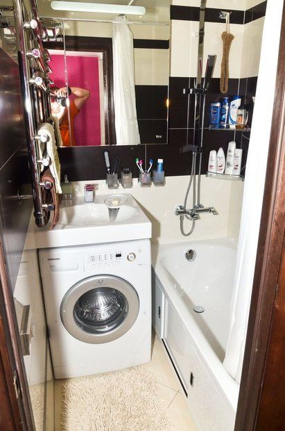 Над ней висит умывальник, специально предназначенный для установки над стиральной машиной. Производитель BELUX, 200 долларов. По нашему мнению, это хорошее решение для маленькой ванной комнаты. Его можно устанавливать вплотную над стиральной машиной. Крепление его полностью независимое. Материал - искусственный камень.