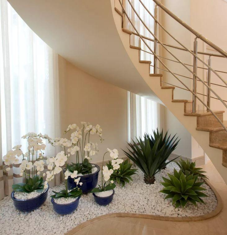 Jard n sencillo abajo de la escalera con iluminaci n - Iluminacion escaleras interiores ...