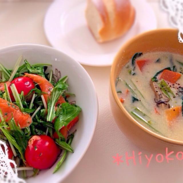 昨日の豆乳スープパスタの残りのスープに牡蠣と小松菜を入れてリメイク✨。残り物で簡単ランチです(*^^*)♪。 - 13件のもぐもぐ - *牡蠣の豆乳クリームスープ&サーモンマリネサラダ* by hiyokofx