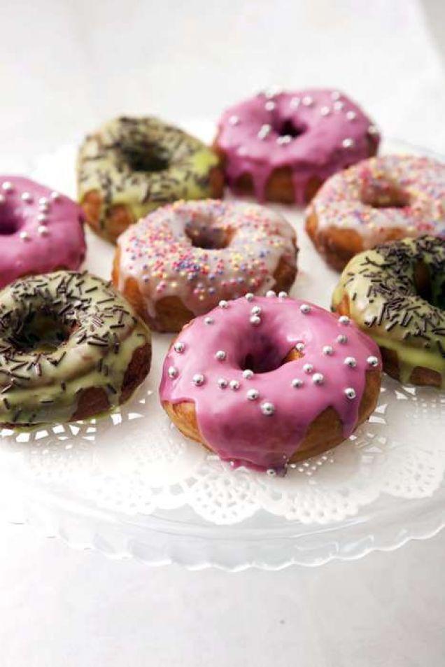 Baka munkar som man gör dem i USA! Med glasyr och strössel i olika former blir munkarna som riktiga donuts.