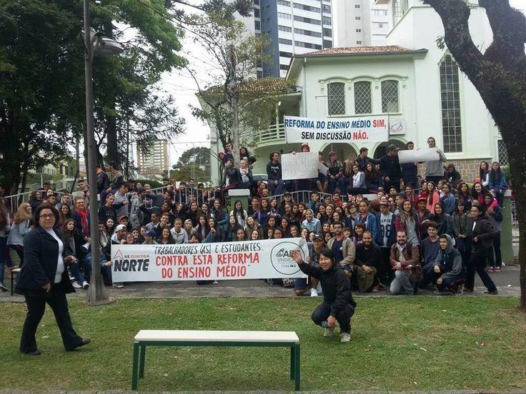 Governador Beto Richa (PSDB) decretou recesso escolar esta semana para tentar dialogar com os estudantes, que protestam contra Medida Provisória proposta pelo governo Temer.