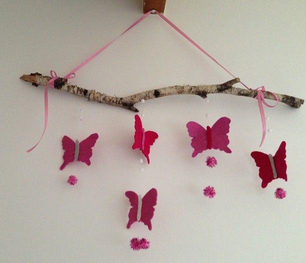 vilten vlinders aan een berkentak