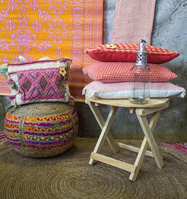 Sisal poef met Ibiza-stijl tas en zalmroze kussentjes met een bijpassende plaid. Het tafeltje is opklapbaar en draag je als een schoudertas. Ideaal om mee te nemen dus! Meer in de blog!
