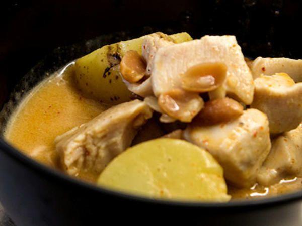 Klassisk thaimat med kyckling, potatis, currypasta och kokosmjölk.