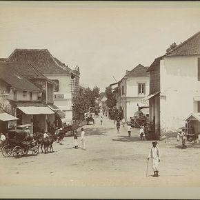 Straatgezicht in het Chinese kamp in Soerabaja met huizen, rijtuigen en voorbijgangers, anonymous, c. 1870 - c. 1910 - Rijksmuseum