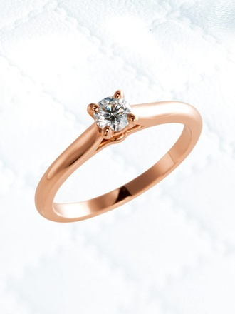 ノーブルな魅力に満ちあふれた正統派のエンゲージリング 4本の爪でセッティングされた正統感漂うラウンドブリリアントカットのダイヤモンドの輝きを、ピンクゴールドのアームがフェミニンに引き立てています。花嫁の甘い気品を際立てる、シンプルでいてエレガントな趣に満ちたエンゲージメントリングです。リング「ソリテール 1895」[PG,0.23ct]¥287,700(カルティエ)