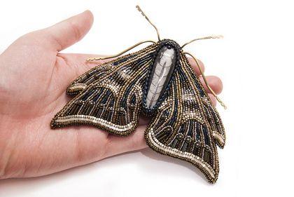 Брошь `Мотылек`. Брошь выполнена в технике вышивки бисером. Лапки бабочки выполнены из латуни в технике wire wrap.    Крупная брошь полностью вышита японским бисером, в том числе: MIYUKI Drops, Delica и бисер ТОНО. Использован преимущественно мелкий бисер №15.