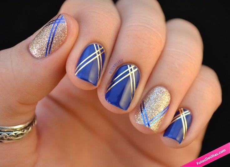 Diseño de uñas aztecas con dorado y azul