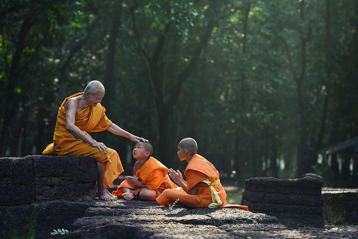 Quais são os comprometimentos que os monges budistas devem fazer?
