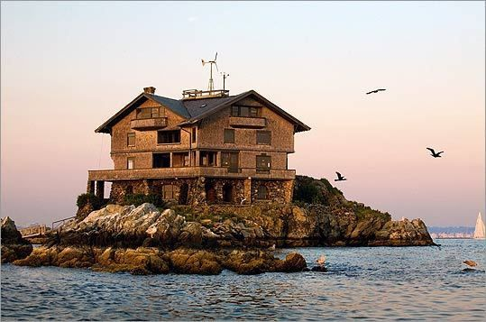 Clingstone is an unusual 103-year-old mansion in Rhode Island's Narragansett Bay.