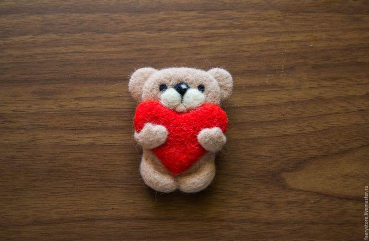 Купить Брошка из войлока Мишка с большим сердцем - ярко-красный, брошь, войлочная брошь