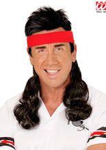 80er Jahre Stirnband mit #Vokuhila Haarteil schwarz-rot, aus unserer Kategorie Vokuhila Perücken. Diese Haarpracht ist einfach einzigartig! Der fesche #80er Haarschnitt mit Schweißband macht aus jedem Chouch-Potato eine echte Sportskanone, die auch in der Damenwelt alle Blicke auf sich ziehen wird. Diese #Kunsthaarperücke vollendet jedes 80er Kostüm und Bad-Taste-Outfit einfach perfekt.