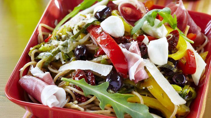 Värikkäässä italialaisessa pastassa maistuvat mozzarella, parmankinkku, rucola ja parmesaani.
