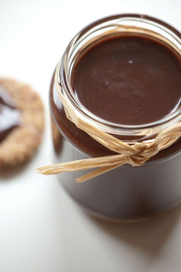 Nutella med god chokolade og hasselnødder. Opskrift og en variation af nutella eller bare en slags hjemmelavet chokolade smørepålæg