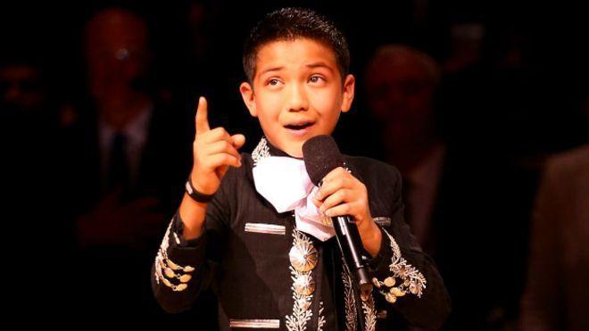 Sebastien de la Cruz, interpretó el himno nacional de Estados Unidos vestido con un traje de mariachi generó criticas en las redes sociales. March 10, 2016.