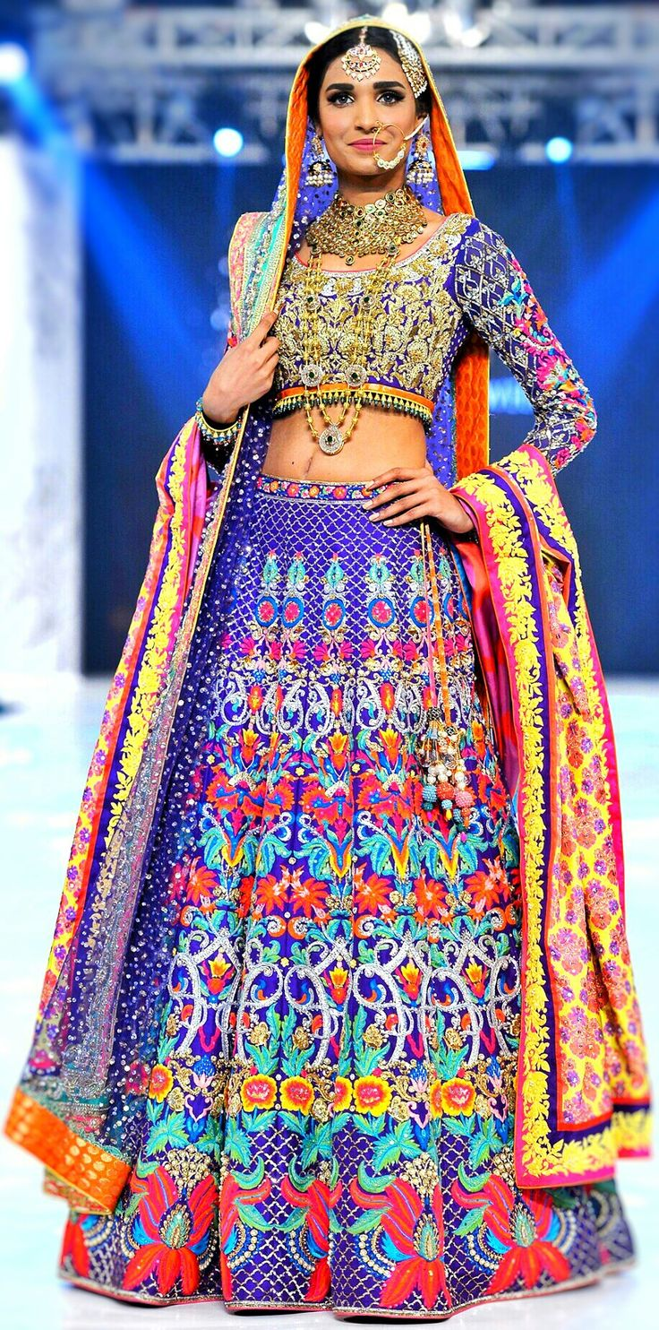 Nomi Ansari Lehenga ..... Beautiful! #Lehenga #PakistaniCouture #PakistaniFashion #DesiFashion #Designer #NomiAnsari Follow @CremeDeModa