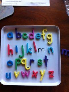 On place les lettres magnétiques sur la bonne lettre (fait avec une plaque à biscuits).