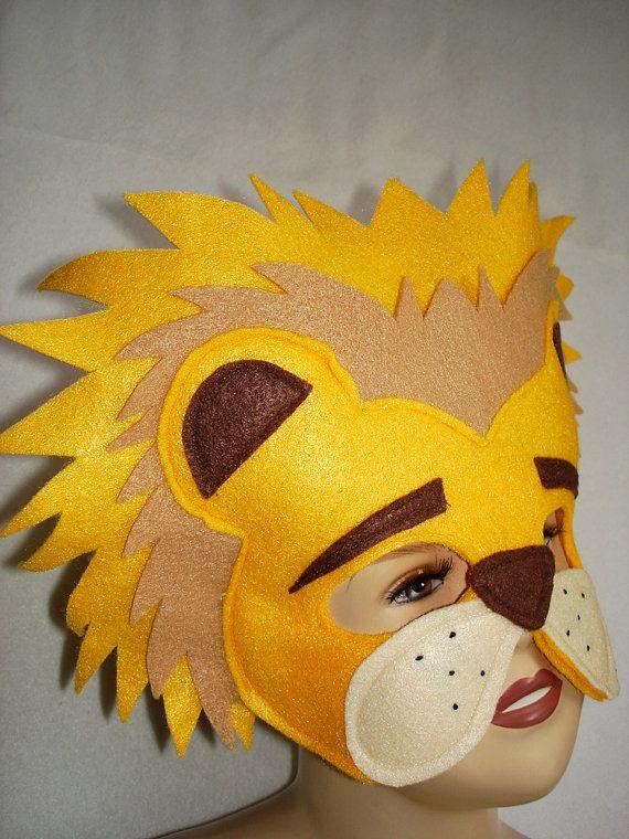 Máscara de leão feita em feltro.