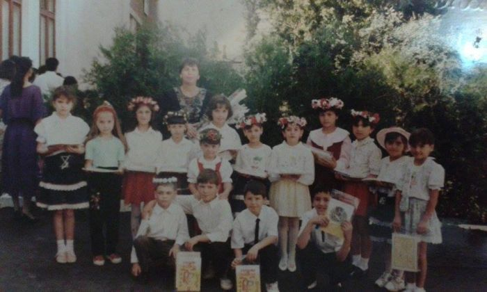 Acum 21 de ani mi-am trăit prima zi de școală. Chiar dacă eram o fetiță-băiețel…