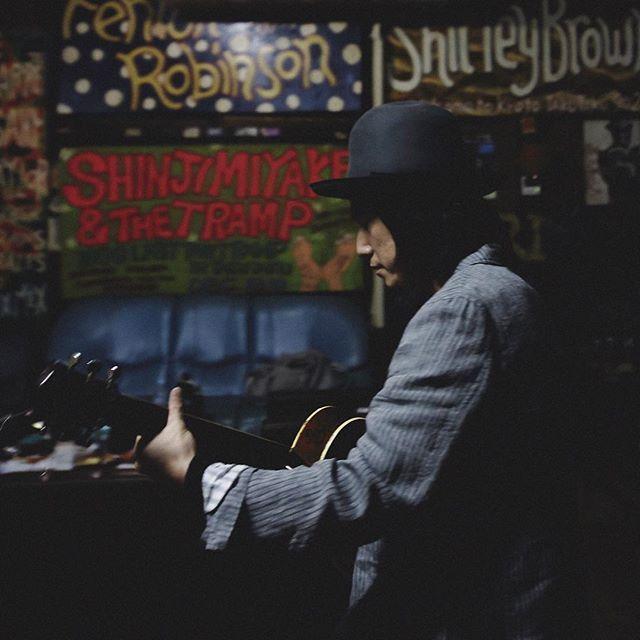 . 渡辺シュンスケ Schroeder-Headz 今日のピアニスト、いつかのギタリスト . シンシュンシュンチャンショー京都編ありがとうございました。 . 名古屋のセットリストからがらり変わっての京都編、kyOnさんとご一緒曲が多くてとても贅沢な空間でした。 . そして見事なる雪景色。冬の磔磔。チャーリー浜。次回はいよいよ1/29東京キネマ倶楽部にて!ゲストは京都編と同じくDr.kyOnさんと、東京スカパラダイスオーケストラから沖祐市さん、鍵盤奏者3名でお送りします。お近くの方はぜひ! . 写真はピアニストによるギター弾き。爪弾いてた。 . #schroederheadz #渡辺シュンスケ #シュローダーヘッズ #シンシュンシュンチャンショー #シンシュンシュンチャンショー2017 #シュンチャンショー #cafelon #磔磔 #京都磔磔