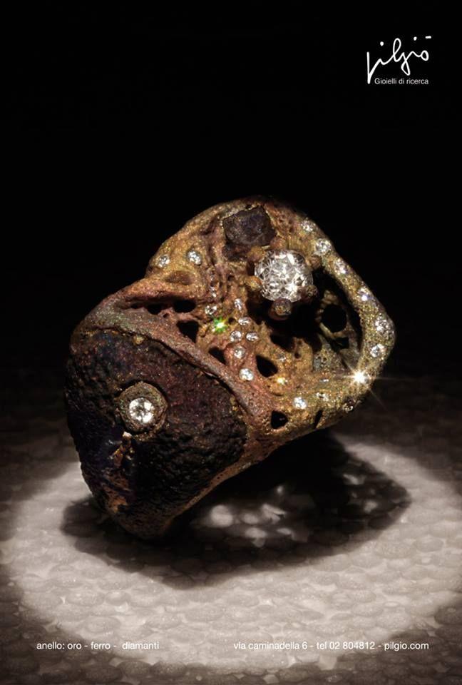 anello: oro rosso - ferro - scorie di ferro - diamanti
