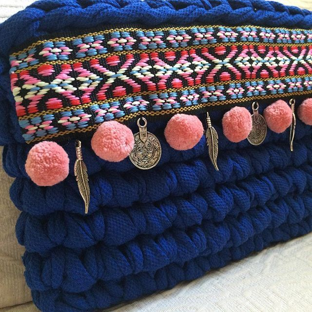 Más tendencia bohochic. Esta vez en azul Klein. #MacadamiaRepublic #trapillo #crochet #handmade #hechoamano