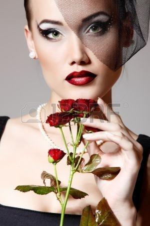 labbra sensuali: Bella donna con fiore rosso scuro rose nel ritratto glamour retrò bellezza velo. Faccia primo piano
