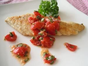 「さわらのムニエル フレッシュトマトソース添え」のレシピページです。淡白な味、地味な見た目の白身魚が、味も見た目も華やかな一品に大変身♪。ムニエル。さわら,小麦粉,バター,塩コショウ,ミニトマト,バジル,☆パルメザンチーズ,☆オリーブオイル,☆味の素,☆粗挽き黒コショウ