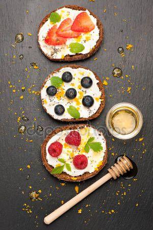 Скачать - Брускетта с свежими ягодами, козий сыр и Чиа семена. Супер продукты — стоковое изображение #74675269