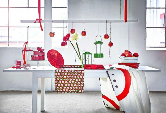 Χριστουγεννιάτικη διακόσμηση με σκανδιναβική νότα σε έντονο πράσινο και λαμπερό κόκκινο.