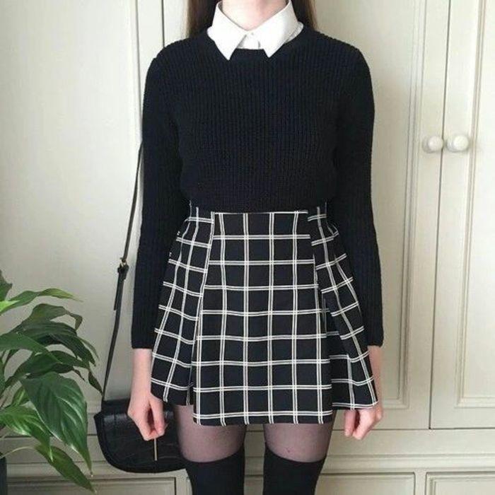 une tenue associant de la rigueur de l'uniforme scolaire et le chic de la jupe imprimée, des chaussettees montantes noires