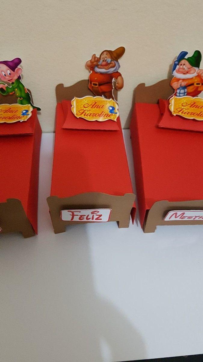 CAIXA CAMA DOS 7 ANÕES    DETALHES:  -Base da Cama 4,5 x 9cm (largura x comprimento)  -Colchão (caixa) 4,5 x 8,5 x 2 cm (largura x comprimento x altura). Pode ser colocados guloseimas diversas.  -Colcha da cama colorida para cada personagem  -Mini travesseiro branco  -Aplique 3D do personagem em ...
