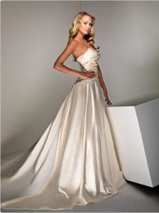 Silk wedding gowns require expert wedding gown cleaning http://cherrymarry.com/2012/01/what-to-know-about-wedding-gowns/silk-wedding-dresses-2/