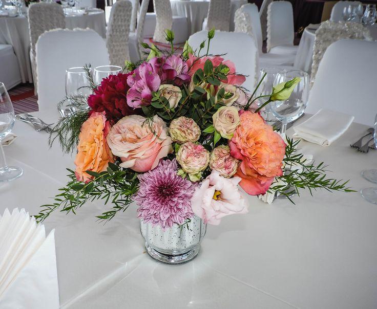 Aranjament floral pentru nunta in vas mercury glass silver. #weddingcenterpiece #mercuryglasscenterpiece  DESIGN FLORAL – Poveste cu stil