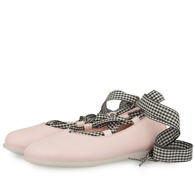 Bailarinas rosas con tiras de cuadros blancos y negros para atar a la pierna. Corte en piel, forro y plantilla de tejido. Sofisticadas y chic para las más presumidas.
