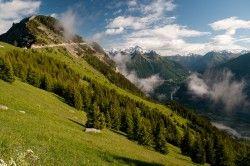 [Isère] La boucle des Villards De Villard-Notre-Dame, on remonte une belle piste très roulante en direction de Villard-Reymond (suivre les panneaux) jusqu'au col du Solude. Du col, prendre le GR 50 en direction du Prégentil. La vue sur la plaine de Bourg d'Oisans et le massif des Grandes Rousses est saisissante. Le chemin court sur la ligne de crête jusqu'au col Saint Jean. Demi-tour pour rejoindre à nouveau le col du Solude et entrer dans Villard-Reymond.  Rejoindre l'itinéraire des Maisons…