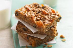 Donnez encore plus de moelleux à vos barres granolas au beurre d'arachide et à l'avoine en les agrémentant de raisins secs et d'abricots séchés. Une recette gagnante!