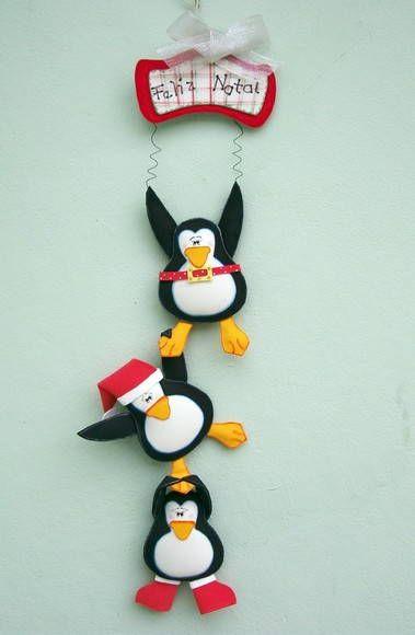 """O Trio Pinguim faz a festa nesse Natal!!!  Divertidos, esses """"senhores"""" pegaram partes da roupa do Papai Noel... Cinto, bota, gorro.  Com essa guirlanda, você dá um toque de graça na decoração de Natal da sua casa!   Fica ótimo pendurado na porta de entrada, na parede do quarto das crianças ou onde sua imaginação encontrar um lugar.  E pode se transformar num presente pra lá de original... R$ 25,00"""