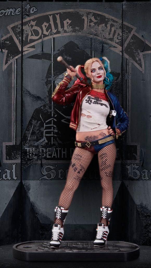 Estatua Harley Quinn 30 cm. Escuadrón Suicida. DC Collectibles. DC Cómics  Conseguida pieza en forma de estatua réplica del personaje del super héroe conocido como Harley Quinn de 30 cm, fabricada en material de poliresina de alta calidad y visto en el film titulado Escuadrón Suicida (Suicide Squad). Estatua 100% oficial y licenciada.