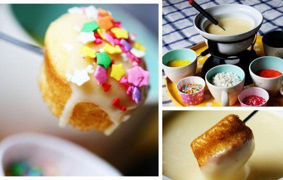 Nessa época mais fria, nada melhor que um bom fondue! Que tal preparar um fondue de cupcake? Dá para fazer um fondue com o famoso bolinho, acrescentando a cobertura que você quiser! - Veja mais em: http://www.vilamulher.com.br/receitas/doces/fondue-de-cupcake-experimente-essa-delicia-5817.html?pinterest-destaque