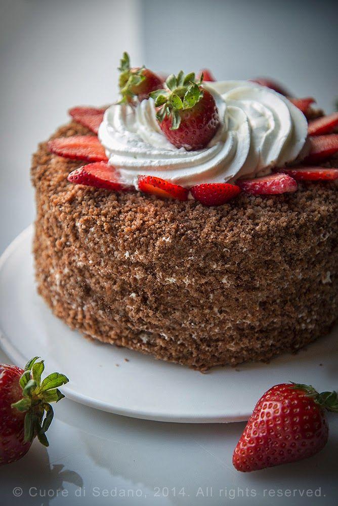 Torta millestrati allo yogurt con crema diplomatica al cioccolato bianco e fragole. Un dolce decorato molto goloso per tutte le occasioni.