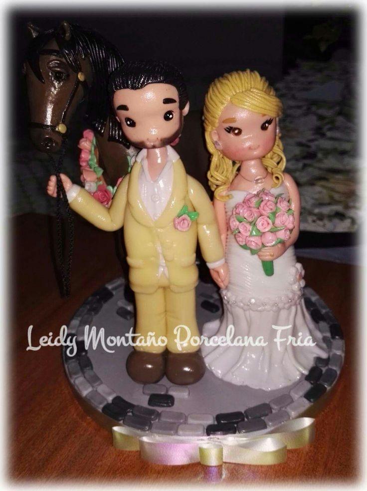 Topper para boda en porcelana fría, hermosos novios y su caballo.